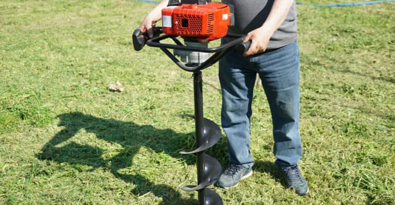 Look to install fence posts or steel supports? I have compared & reviewed the best petrol augers for drilling holes to compare power and durability for DIY use or professional use.